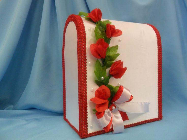 яркие красные цветы на свадебной копилке.Handiwork Irina Sharm. Design studio Soprun Vladislava.