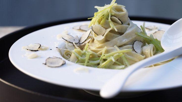 Einfach edel – und absolut angemessen für besondere Gelegenheiten_ Hausgemachte Trüffel-Pasta | http://eatsmarter.de/rezepte/hausgemachte-trueffel-pasta