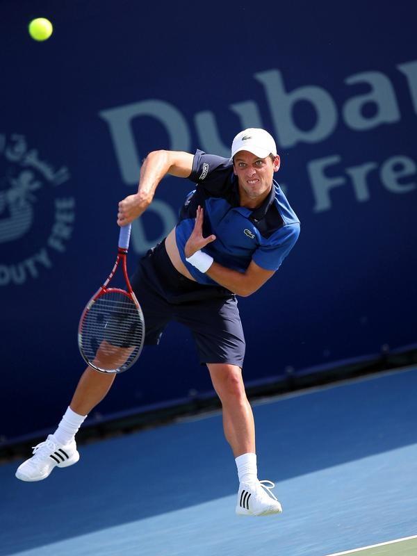 Tobias Kamke legt beim Turnier in Dubai alle Kraft in einen Aufschlag gegen den Kasachen Michail Kukuschkin. (Foto: Ali Haider/dpa)