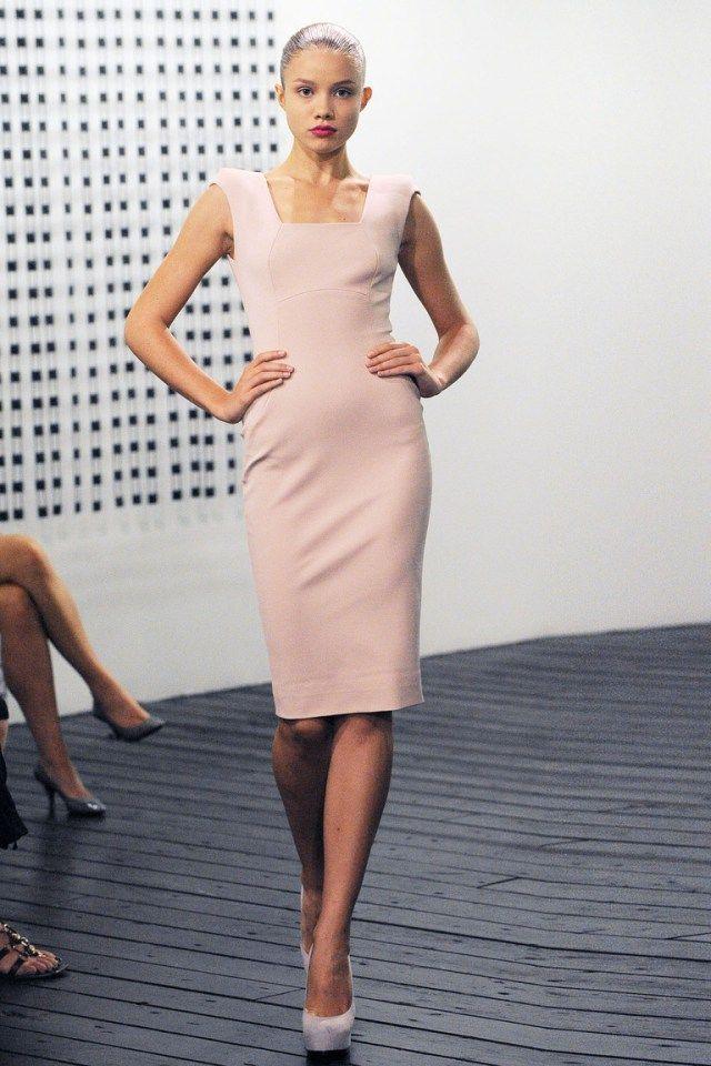 04845adec61 Нежное платье футляр - популярный фасон платья