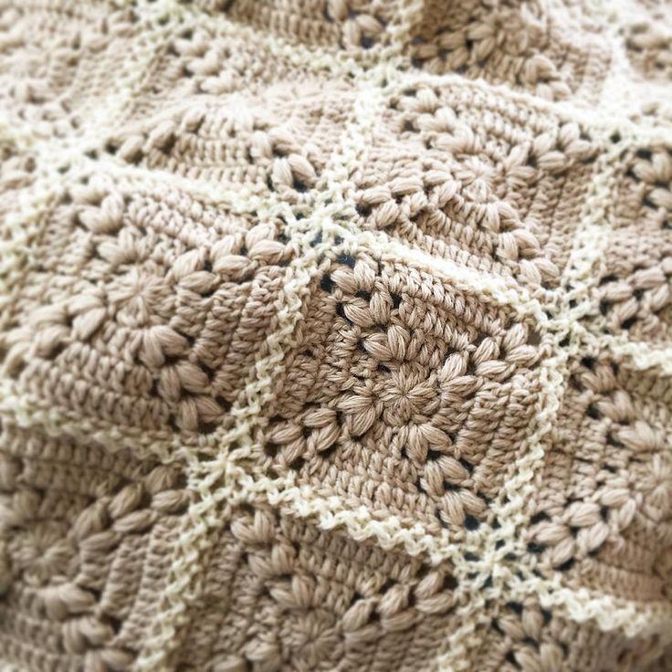 モチーフを繋いでミニブランケットを作成中。編み始めてからかれこれ2か月経ちます。基本的に飽きっぽいので二つの作品を同時進行させることが多いです。飽きたら無理せず別のものを編みます #編み物 #あみもの #手編み #かぎ針編み #モチーフ編み #ひざ掛け #ブランケット #メリノウール #crochet #knitting #handmade #laprobe #knittingyarn #knittinglove #crochetlove #merinowool #wool #beige