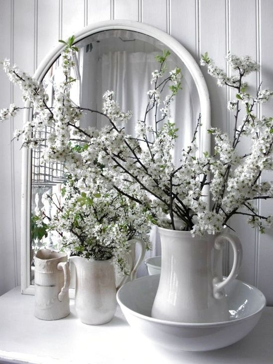 stilleven wit met bloemen