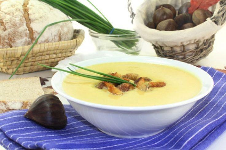 Die Maronizeit im Herbst sollte man gut nutzen, um dieses schöne Rezept oft nachzukochen. Von der feinen Maronisuppe bleibt bestimmt nichts übrig.