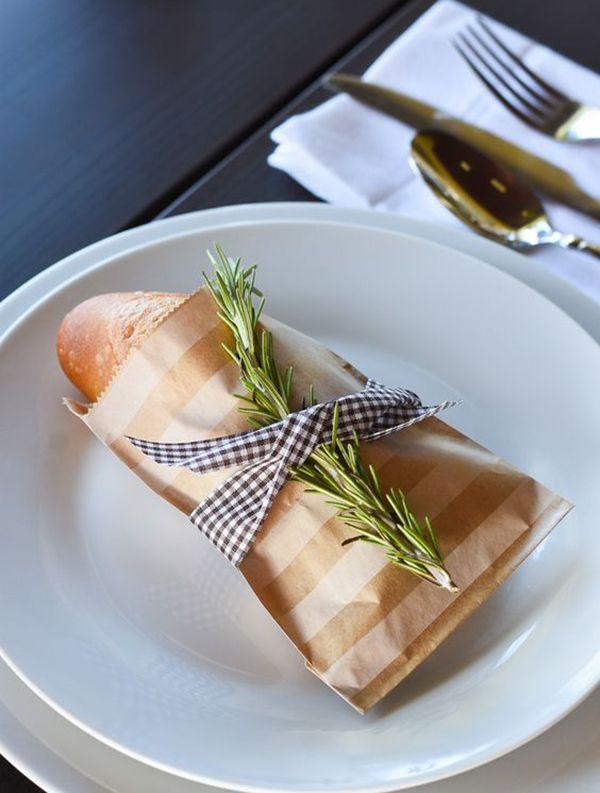 Dentro do menu, amarrado no guardanapo e servido em formato de espeto são algumas das ideias que separamos para decorar com pãozinho