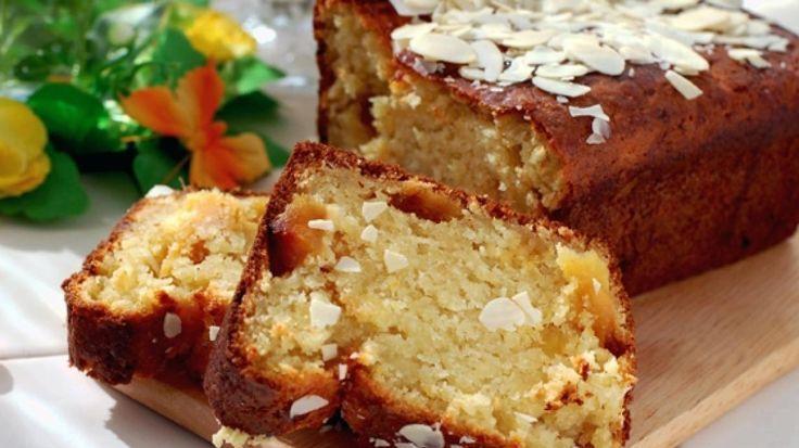 Cake met gedroogde appel, gedroogde kersen en amandelen