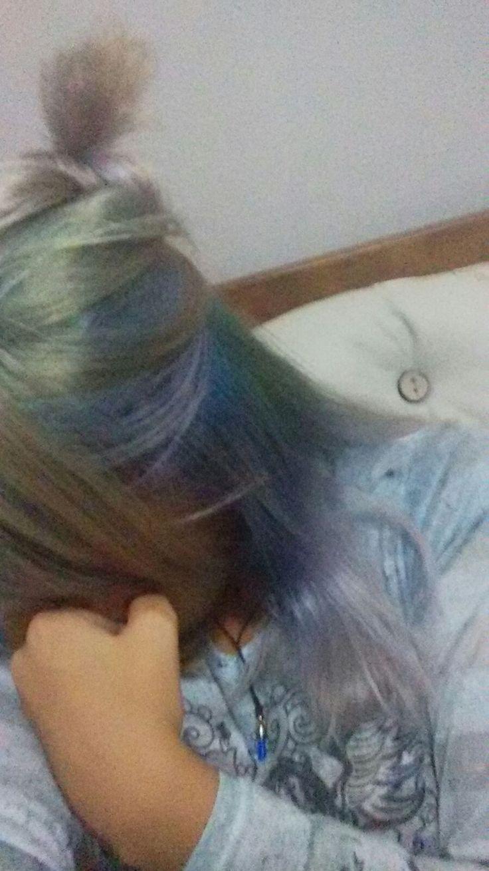 cabelo  desbotado depois de uma mistura de cores.