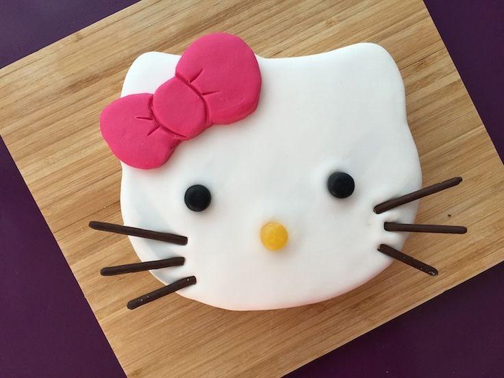 Voici ma recette de gâteau Hello Kitty. Ce gâteau facile à réaliser est idéal pour un anniversaire et ravira toutes les petites filles !