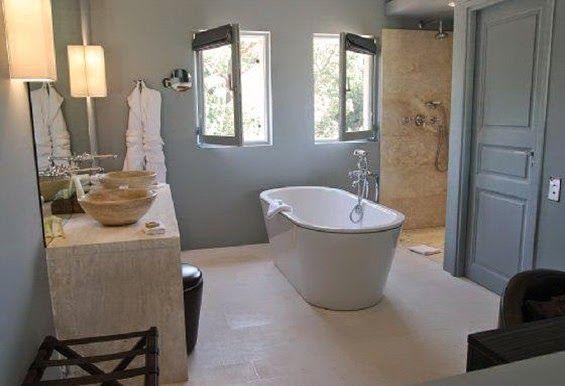 bagno in pietra, pareti grigio-azzurre