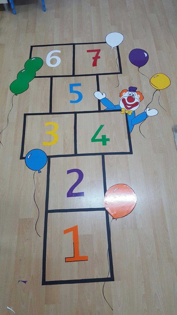 sınıf içinde yapılabilecek sek sek oyunu renkli yapışkanlı folyo kullanıldı.