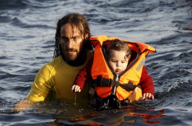 La fotografía de un rescatista argentino enorgullece al mundo Se trata de un profesor de educación física que fue a ayudar a los refugiados a Grecia. http://www.argnoticias.com/mundo/item/40000-la-fotograf%C3%ADa-de-un-rescatista-argentino-enorgullece-al-mundo