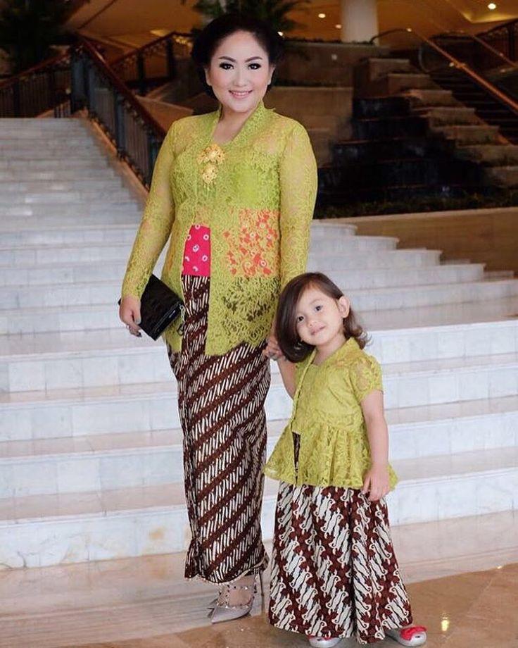 Loving this mother daughter getup for Indonesian traditional wedding! Kecintaan kepada kebaya tradisional sudah bisa dikenalkan dari kecil lho seperti yang diperlihatkan oleh @liakurtz dan @luna.allegra! Kebaya @merrasofficial Makeup @adiadrian_ds
