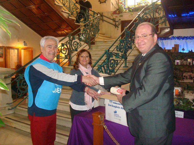 El ayuntamiento entrega al Banco de Alimentos cien kilos de no perecederos