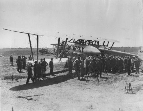 En 1926, René Fonck trató de cruzar el Atlántico, desde Nueva York a París, en un solo vuelo ininterrumpido, una hazaña que nunca antes se había realizado. Aunque cada gramo era vital, llevaba desde vino hasta cerna de tortuga. Detalles: http://www.datosfreak.org/datos/slug/cruce-del-Atlantico-de-Rene-Fonck