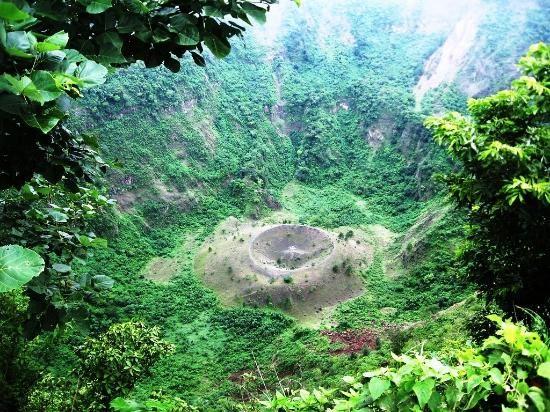 Hike down inside El Boqueron, an active volcano in El Salvador: check | @VTJunkies