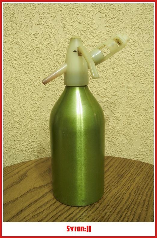 Kto pamięta PRL-owskie urządzenie do domowej produkcji wody gazowanej? Niewielu z Was?Chodzi nam o tzw. syfon. Napełniało się go zwykła kranówą, zakręcało specjalny nabój z CO2, i za chwilę była woda gazowana. Rewelacyjna rzecz, zwłaszcza w czasach gdy zwykła oranżada w kapslowanych butelkach była na wagę złota, że o wodzie mineralnej nie wspomnę.