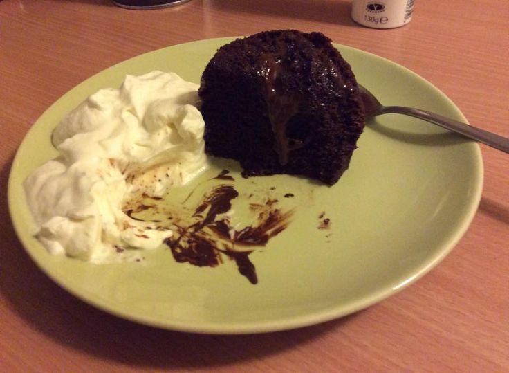 Microovnsmuffin  1 spsk pofiber, 1 spsk kakao, 1 spsk sukrin el. honning (ikke striks), 1 spsk kokosolie (gerne smeltet i vandbad), 1 æg, 1 tsk bagepulver i en kop, røre godt sammen, et stykke mørkt chokolade i midten af massen, 1½ minut i microovn (min stod på 810 watt).