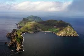 St Kilda, Scotland  Na souostroví jsou velké kolonie mořských ptáků, mezi nimiž jsou i dnes ohrožené druhy. Velikost populace podle odhadů nikdy nepřekročila počet 200 lidí.  St. Kilda patří do majetku organizace National Trust for Scotland a je od roku 1986 zapsána na seznamu Světového dědictví.