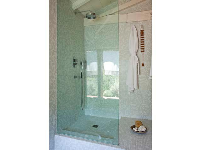 La doccia è rivestita di tesserine di mosaico...  . Foto-gallery e immagini