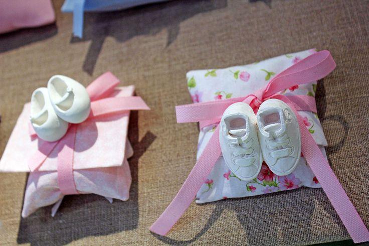 #Bustine per nascite #bambine con #gessetti a forma di #scarpine e nastri.