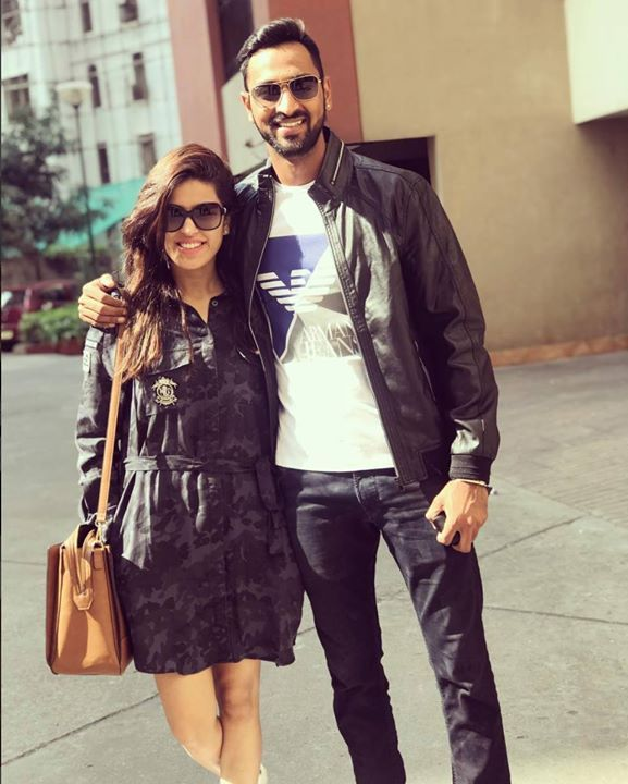 Krunal Pandya With His Wife Pankhuri Sharma Facebook Com Mycrickettrolls Mumbai Indians Cricket Sharma