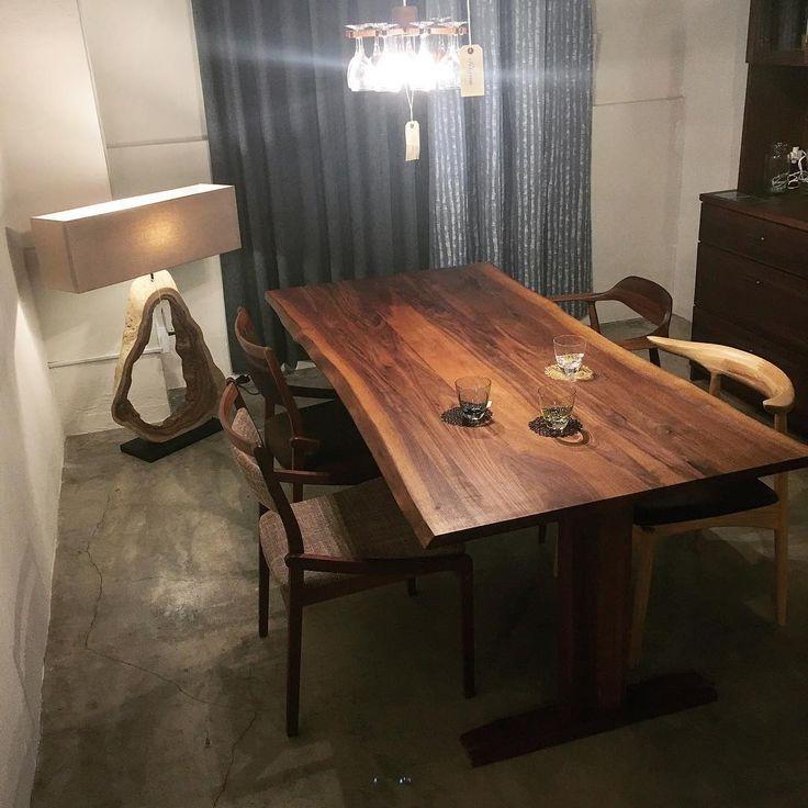 【ソリッド 耳付きダイニングテーブル T字脚】 一枚板や耳付きテーブルは天板の厚さが4cm前後かそれ以上の場合がほとんどですが、こちらは天板厚2.7cmの耳付きダイニングテーブル。 薄くなった分、お値段もリーズナブルなんです。 . サイズオーダーも承っておりますので、お好みのサイズでの製作も可能です . #rigna #rignaterracetokyo #interior #interiorshop #interiorstyle #interiors #interiorstyling #interiordesign #furniture #diningtable #walnut #リグナ #リグナテラス #リグナテラス東京 #インテリア #インテリアショップ #ダイニングテーブル #ウォールナット