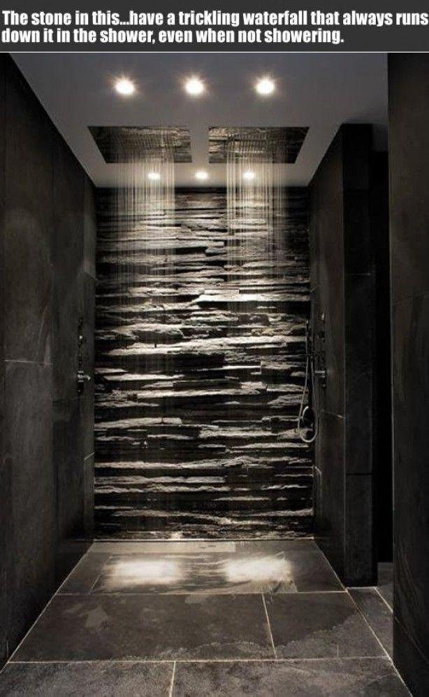 Zwarte steenstrips in de douche, gecombineerd met zwarte tegels