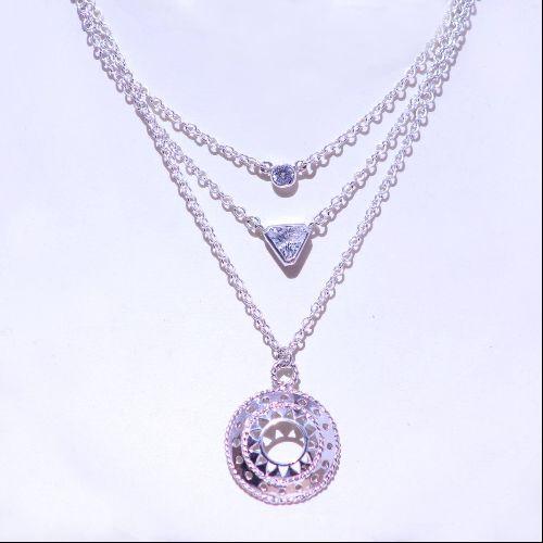 Hermoso collar de la colección Altea mandalas de plata .925 con piedras Swarovski color blanco, incluye dije y cadena.
