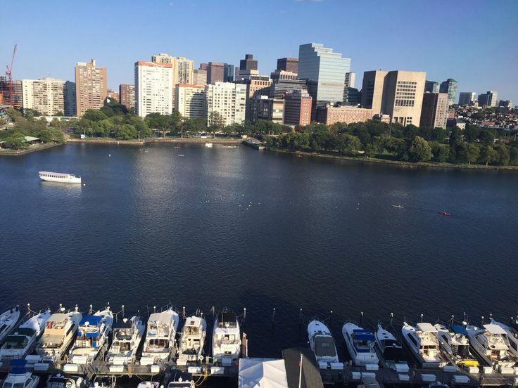 A linha do horizonte de Boston e o Rio Charles vistos a partir de  Cambridge, Massachusetts, USA.