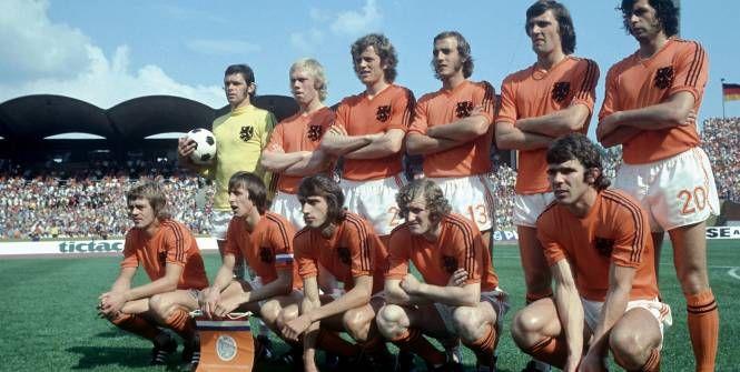 Johnny Rep et Johan Cruyff (accroupis, premier et deuxième en partant de la gauche), ici à la Coupe du monde 1974 avant le match contre l'Uruguay. (L'Equipe)