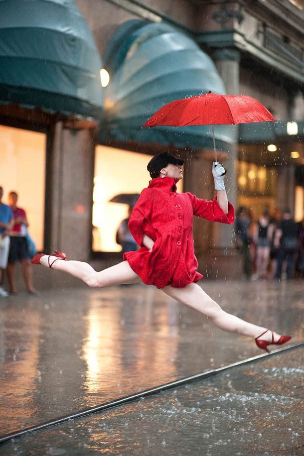 """""""Dancers Among Us"""" du photographe Jordan Matter, qui immortalise des scènes incroyables en replaçant la danse dans des lieux publics comme la rue, les parcs et le métro."""