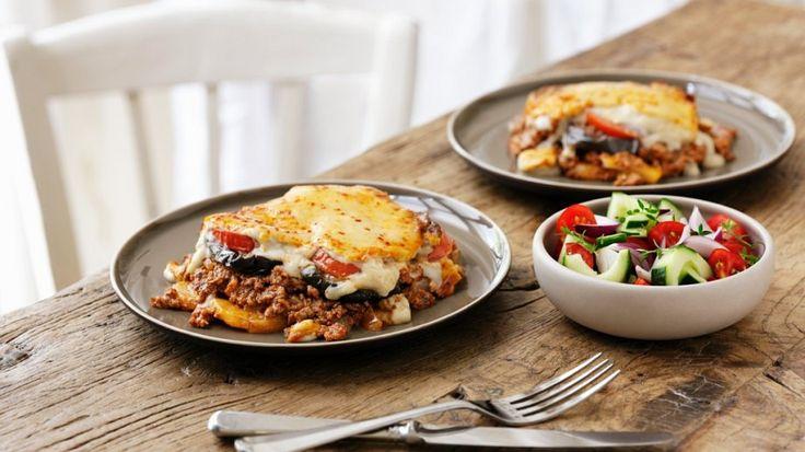 Mediterraner Genuss aus dem Ofen: Griechische Moussaka | http://eatsmarter.de/rezepte/griechische-moussaka-0
