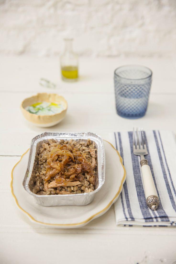 Arroz sírio com frango e cebola caramelizada | Receita Panelinha:  A marmita do dia a dia ganha um quê do oriente. Feito em uma panela só, o tradicional e perfumado arroz com lentilhas libanês é uma refeição completa!