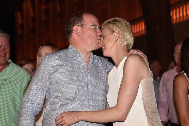 Fürstin Charlène + Fürst Albert: Der Fürst gibt seiner Frau einen zärtlichen Kuss.