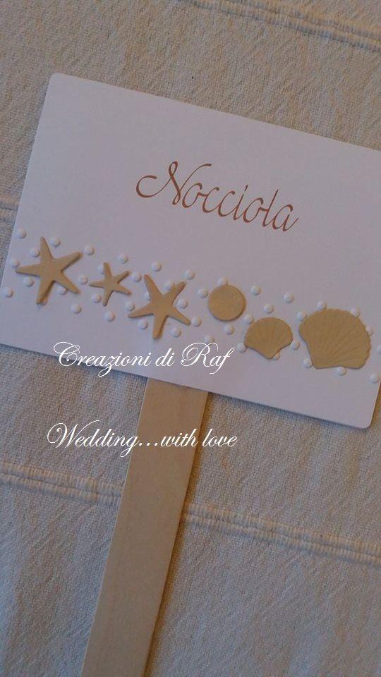 Paletta segnagusto per una confettata di matrimonio, personalizzata a tema mare con striscia di pois impressa e applicazione di piccole stelle marine e conchiglie