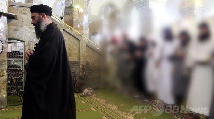 銃が置かれたイラク・モスル(Mosul)のモスクでイスラム教徒を前に礼拝の先達をするイスラム教スンニ派(Sunni)の過激派「イスラム国(Islamic State、IS)」のアブバクル・バグダディ(Abu Bakr al-Baghdadi)指導者(左)。al-Furqan Mediaが公開した映像から(2014年7月5日公開の動画の一場面を撮影したもの)。(c)AFP/HO/AL-FURQAN MEDIA ▼6Jul2014AFP|「イスラム国」指導者の動画公開、支持と助言を求める http://www.afpbb.com/articles/-/3019781 #Abu_Bakr_al_Baghdadi