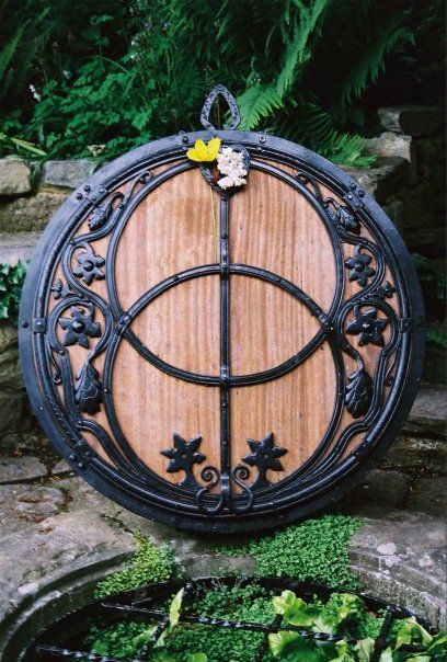 Well cover | Septic tank covers, Yard art, Arts and crafts ...