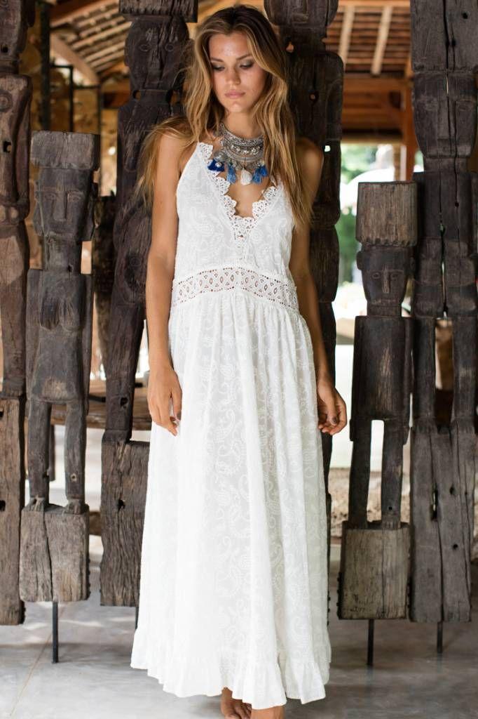 Maxi jurk van Miss June met geborduurde print en spaghetti bandjes.