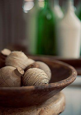 Decoratieballen DIY | doe het zelf  Met slechts wat piepschuimbollen, henneptouw en een lijmpistool maak je in een handomdraai superleuke decoratieballen. www.twoonhuis.nl