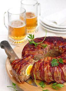 Вкусный мясной рулет с беконом и начинкой из яиц.