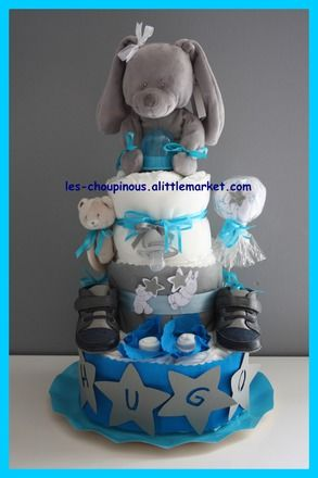 Cadeau bébé unique et original. A la fois utile et décoratif pour la chambre de bébé. Gâteau de couches garçon avec peluche, tons gris et bleu turquoise, à offrir pour un - 17161068