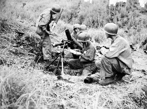 Američtí mariňáci v Pacifiku. Používají minomet M1.