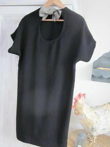 Robe COLOMBE en polyester noir fermé dans le dos par un noeud de satin imprimé pied de poule noir - taille 34-36-38 (6)