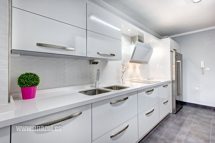 ¡Volvemos al blanco! La encimera en Silestone Blanco Zeus es el elemento perfecto para esta moderna y luminosa cocina instalada en Málaga. ¡Enhorabuena a anazul por este excelente trabajo!