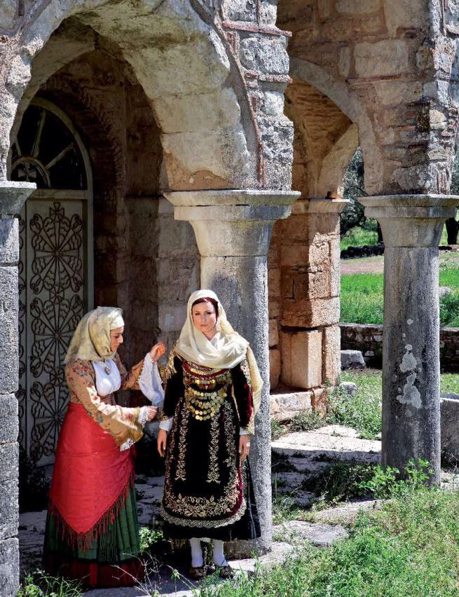 Dressed in History Members of the Lyceum of Hellenic Women of Kalamata are photographed at notable locations in Messinia wearing traditional costumes. Τα μέλη του ΛυκείουΕλληνίδων Καλαμάτας φωτογραφίζονται σε επιλεγμένα σημεία της Μεσσηνίας φορώντας παραδοσιακές φορεσιές http://static.costanavarino.com/magazine/