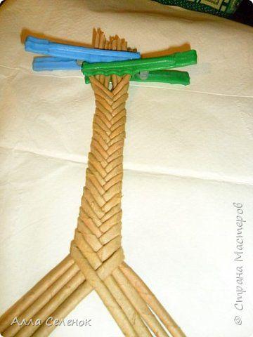 Мастер-класс Поделка изделие Плетение Косичка из 8 трубочек Бумага газетная Трубочки бумажные фото 6