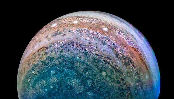 Sonda Juno putovala k Jupiteru dlouhých 5 let. NASA nyní uvolnila fotky, které tam pořídila