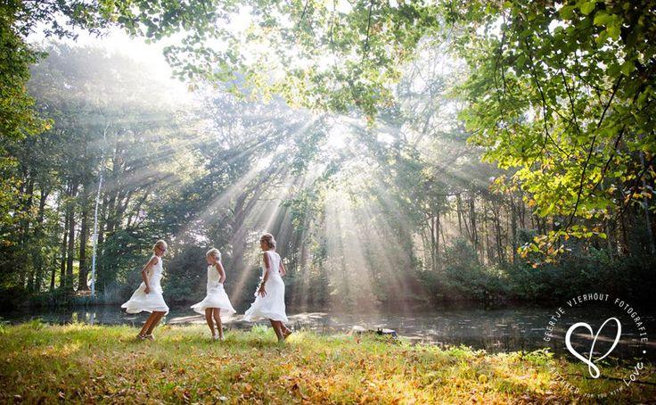 O, prachtig he, die dansende bruidsmeisjes in de zonnestralen. Trouwen, bruiloft, huwelijk, bruidskinderen, bruidsmeisjesjurk. bruidskindermode.nl
