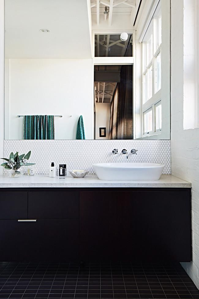 10 black & white bathrooms /