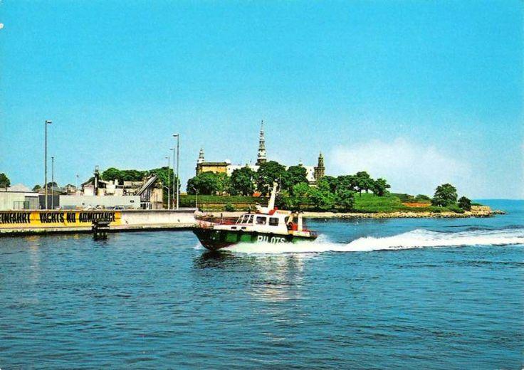 Pilotbåd på vej i havn for fuld skrue i bølgefrit farvand.
