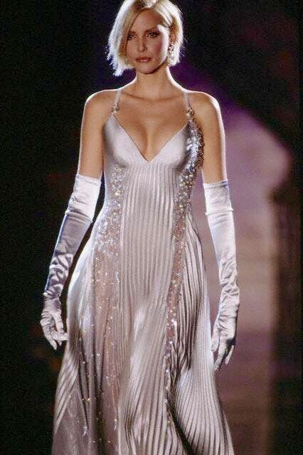 Gianni Versace//can we please go back to gloves? Beautiful look